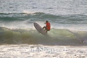 2nd : Iwaちゃん 幅広のボードでジャンクな波を走り抜けた。