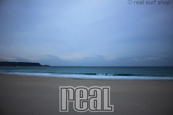 波は小さく、静かなビーチ。