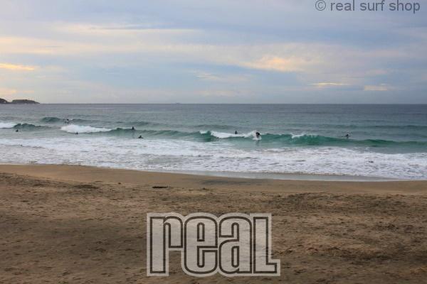 天気はイマイチですが、波は続いてます!