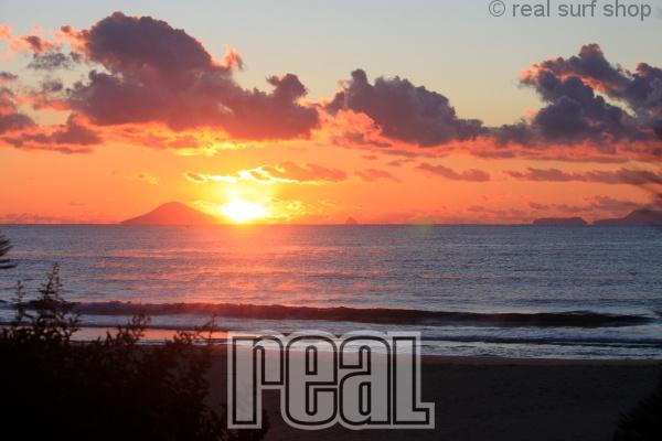 波は小さいですが、キレイな日の出。