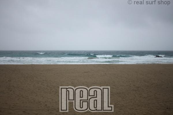 荒れた海。