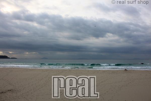 潮が引いて波数は減ってます。
