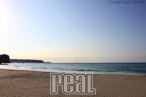 波はなく、静かなビーチ。