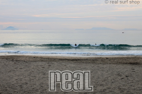 潮の上げ込みで波は増えてます。